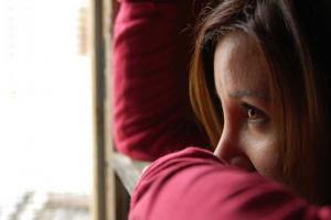 πορτραίτο γυναίκας που κοιτάει από το παράθυρο