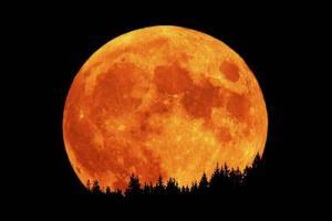 το φεγγάρι σε κόκκινο χρώμα και πολύ μεγάλο
