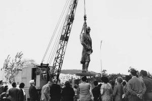 ασπρόμαυρη φωτογραφία, τοποθέτηση αγάλματος, κόσμος στέκεται και κοιτάει