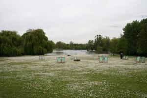 λίμνη, πράσινο, δέντρα, καρέκλες