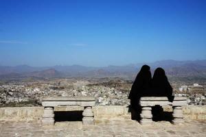 γυναίκες με μπούργκα καθισμένες σε παγκάκι στην Υεμένη