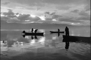 ασπρόμαυρη φωτογραφία, λίμνη, τρεις βάρκες και ψαράδες
