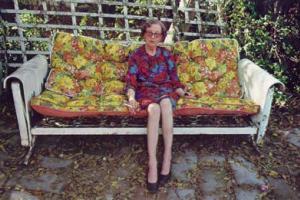 ηλικιωμένη γυναίκα καθισμένη σε καναπέ, αυλή