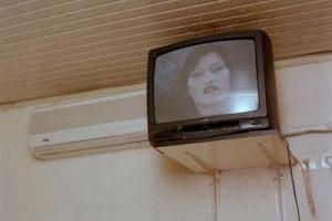 τηλεόραση κρεμασμένη δίπλα σε κλιματιστικό