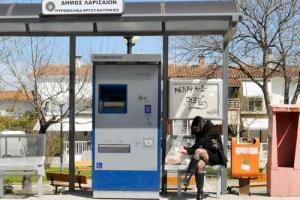 γυναίκα περιμένει σε στάση λεωφορείου
