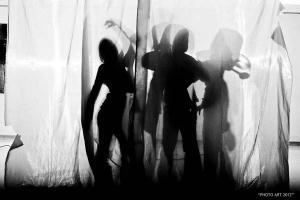 σκιές ανθρώπων πίσω απο πανί