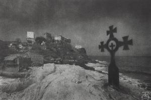 σταυρός πάνω σε βράχο, δίπλα απο τη θάλασσα, στο βάθος ψηλά μοναστήρια του Αγίου Όρους