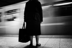 ασπρόμαυρη φωτογραφία, ηλικιωμένη γυναίκα σε μετρό
