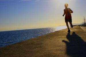 άνδρας τρέχει σε παραλία