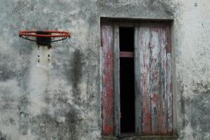 παλιό κτιριο, παράθυρο, μπασκέτα στον τοίχο
