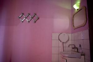 Φωτογραφία Έκθεσης, ροζ τοίχοι, μπάνιο