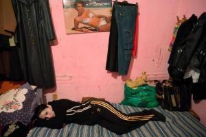 δωμάτιο, γυναίκα ξαπλωμένη στο πάτωμα