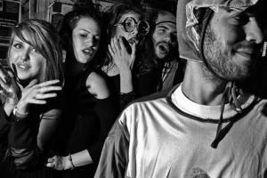 ασπρόμαυρη φωτογραφία, νέοι, απόκριες, πάρτι