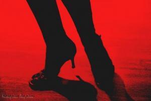 πόδια σε κίνηση, κόκκινο φόντο