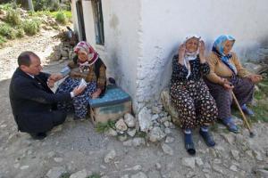 γιατρός του χωριού παίρνει την πίεση σε μία γιαγιά