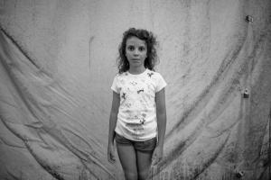 φωτογραφία: Δημήτρης Μυτάς / κορίτσι όρθιο ασπρόμαυρη φωτογραφία