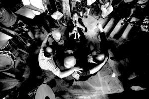 φωτογραφία: Κώστας Μάντζιαρης / άνδρες χορεύουν σε κύκλο, στην μέση ένας κλαρινοπαίχτης