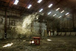 φωτογραφία Μαρία Καππάτου / κόκκινο θρανίο μέσα σε ένα εγκαταλελειμμένο κτήριο
