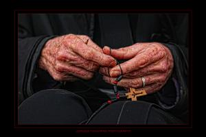 γερασμένα χέρια μοναχού απο το Άγιο Όρος φτιάχνουν ένα σταυρό για το λαιμό