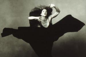 φωτογραφία Annie Liebovitz γυναίκα με μαύρο φόρεμα χορεύει