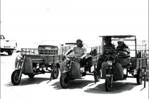 φωτογραφία Χριστίνα Μπαρμπή άνδρες σε τρίκυκλα μηχανάκια