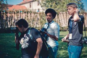 φωτογραφία τρεις νεαροί άντρες με φωτογραφικές μηχανές