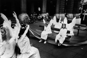 ασπρόμαυρη φωτογραφία, παιδιά ντυμένα αγγελάκια