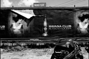 αφίσες, μάντρα, τρακαρισμένο αυτοκίνητο, ασπρόμαυρη φωτογραφία