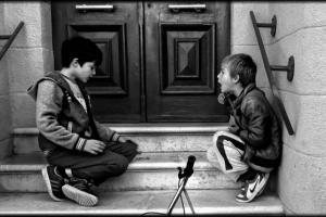 ασπρόμαυρη φωτογραφία, παιδιά παίζουν, σκαλιά -- φωτογραφία: Φαρμακίδης Γιάννης