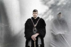 πορτραίτο νεαρού άνδρα με παραδοσιακή ενδυμασία