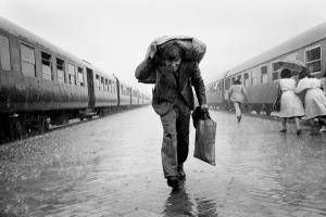 ασπρόμαυρη φωτογραφία, σταθμός τρένων, άνδρας, φορτίο