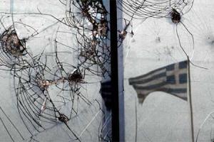 φωτογραφία, ελληνική σημαία, τζάμι με σημάδια από σφαίρες