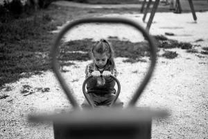 ασπρόμαυρη φωτογραφία, κορίτσι, τραμπάλα