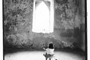 ασπρόμαυρη φωτογραφία, παιδί, ποδήλατο, ναός