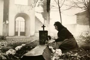 φωτογραφία εκδήλωσης, μητέρα σε μνήμα
