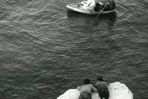 θάλασσα, βράχια, βάρκα, παιδιά