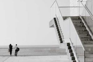 ασπρόμαυρη φωτογραφία, σκάλες, θάλασσα, άνθρωποι