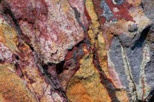 βράχος με έντονο χρώμα στη Μήλο