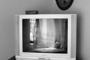 ασπρόμαυρη φωτογραφία, αντανάκλαση σε οθόνη τηλεόρασης