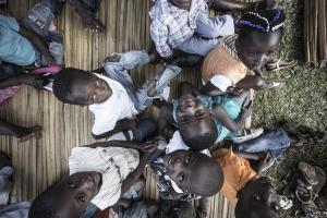 παιδιά αφρικανικής φυλής κοιτούν το φακό