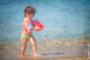μικρό παιδί στην παραλία