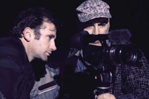 δύο άνδρες κοιτάνε μέσα σε μία κάμερα
