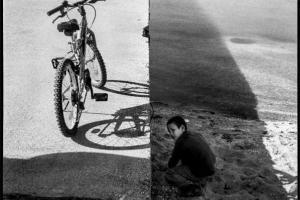 ένα ποδήλατο και ένα παιδί στην αμμουδιά