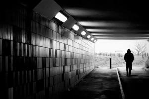 Ψυχική Υγεία, φιγούρα άνδρα στην άκρη τούνελ
