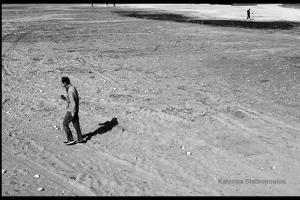 άντρας μόνος του περπατά στην άμμο