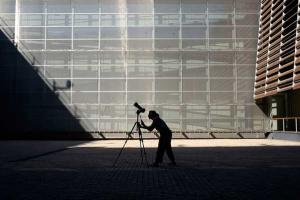 φωτογράφος, τρίποδο, κτήριο