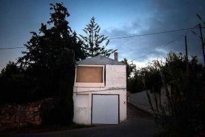 μίκρο σπίτι πάνω στο δρόμο