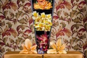 """A daughter's secret"", φέρετρο μινιατούρα στολισμένο με λουλούδια"