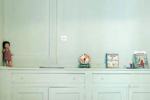 παιδικό δωμάτιο / μία κούκλα, ένα ρολόι και παιδικά βιβλία