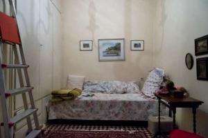 άδειο δωμάτιο με έναν καναπέ και μια σκάλα